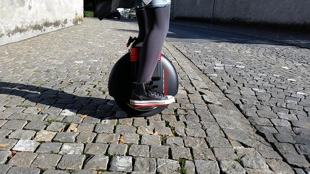montando un monociclo eléctrico en la calle